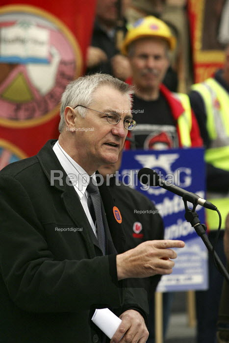 Barry Campfield TGWU addresses construction workers at an International Workers Memorial Day rally. GLA London. - Jess Hurd - 2005-04-28