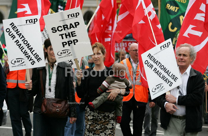 RMT transport union demonstration arrives in London in a campaign against the privatisation of our railways. London - Jess Hurd - 2005-04-30