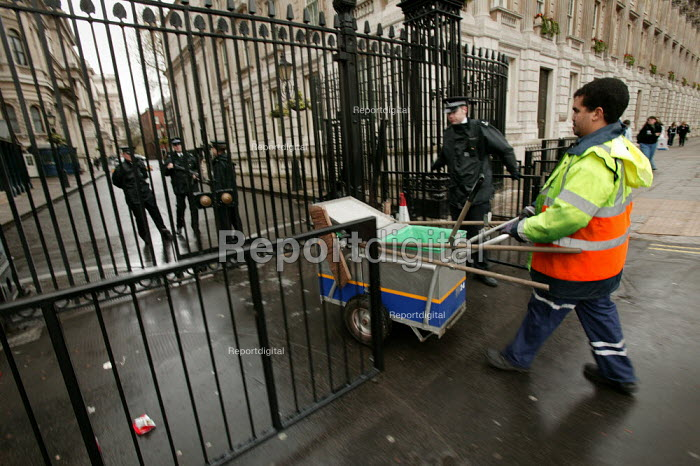 Onyx street cleaner arrives to sweep Downing Street. Westminster, London. - Jess Hurd - 2005-04-13