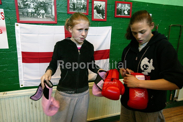 Young women train at the St Georges Boxing Club. Poplar Boys and Girls Club. Tower Hamlets, East London. - Jess Hurd - 2005-03-22