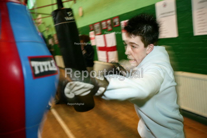 Young people train at the St Georges Boxing Club. Poplar Boys and Girls Club. Tower Hamlets, East London. - Jess Hurd - 2005-03-22