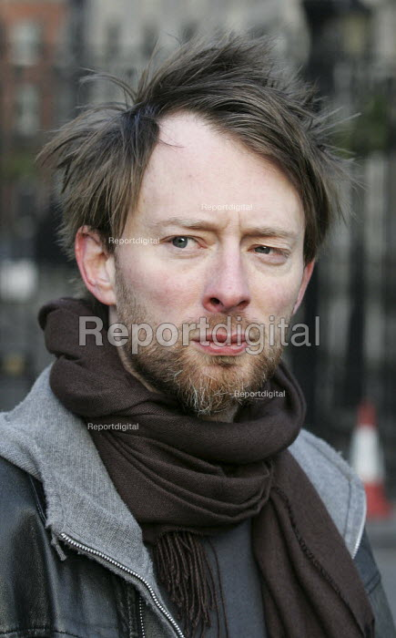 Thom Thorne Radiohead. Wake Up to Trade Justice dawn protest organised by the Trade Justice Movement, London. - Jess Hurd - 2005-04-16