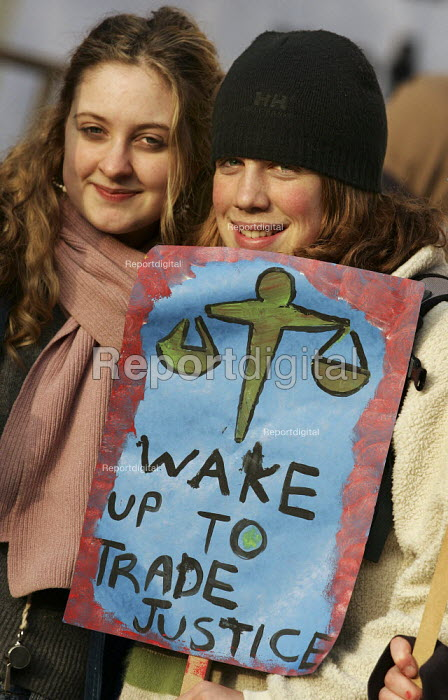 Wake Up to Trade Justice dawn protest organised by the Trade Justice Movement, London. - Jess Hurd - 2005-04-16