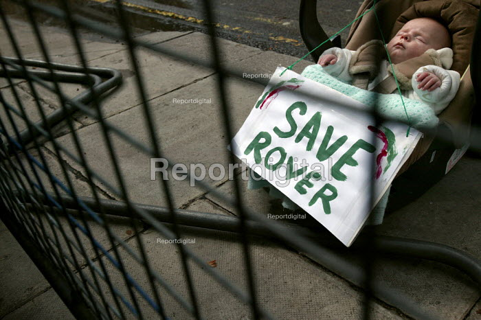 9 week old Jason Pearson joins families of car workers at MG Rover as they take their protest against thousands of proposed job cuts to Downing Street. London. - Jess Hurd - 2005-04-13