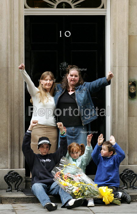 Longbridge women and their families at Downing Street protest against thousands of proposed job loses at MG Rover - Jess Hurd - 2005-04-13
