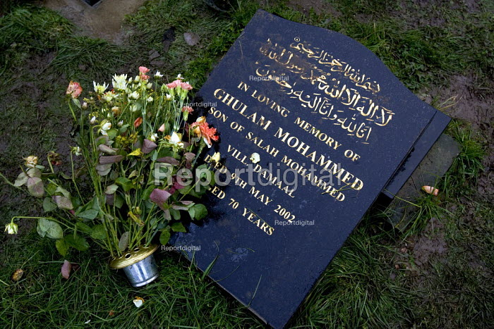 Desecrated Muslim graves in Handsworth cemetery in a suspected racist attack. The day of the Muslim festival Eid, Birmingham. - Jess Hurd - 2005-11-04