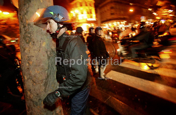 Policing the State of Emergency called to stop any illegal gathering in Paris. France. - Jess Hurd - 2005-11-12
