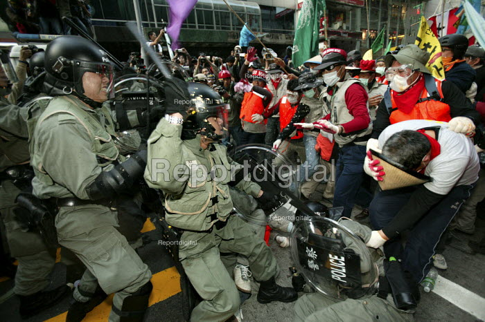 Korean demonstrators clash with riot police outside the WTO Ministerial Meeting in Hong Kong. - Jess Hurd - 2005-12-17