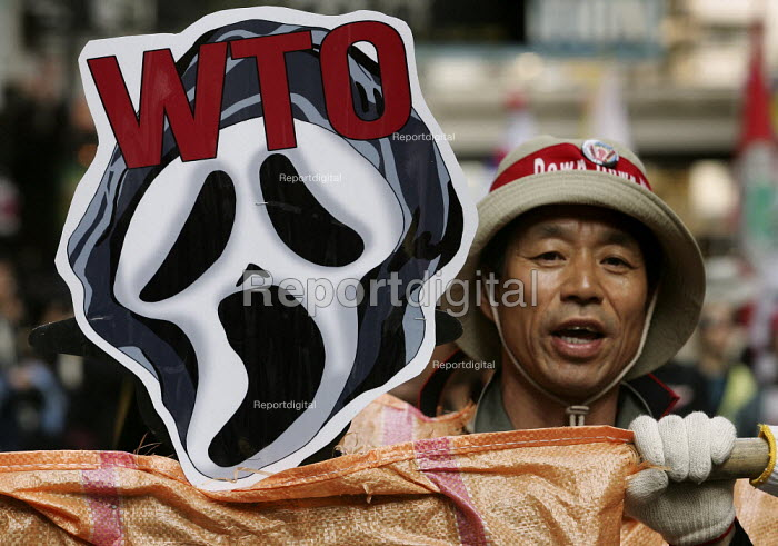 Demonstrators outside the WTO Ministerial Meeting in Hong Kong. - Jess Hurd - 2005-12-17