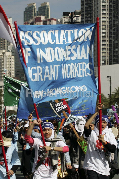 Association of Indonesian Migrant Workers, mainly domestic maids. Migrants assembly and rally on the eve of the WTO Ministerial Meeting in Hong Kong. - Jess Hurd - 2005-12-11