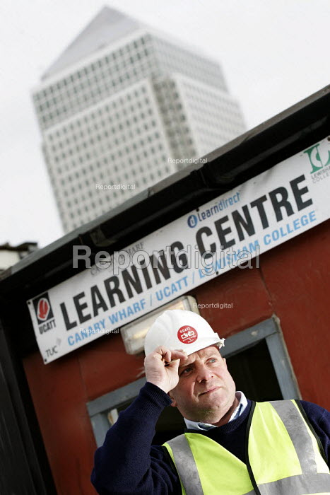 UCATT Rep at a learning centre, Canary Wharf, Docklands, East London. - Jess Hurd - 2005-02-14