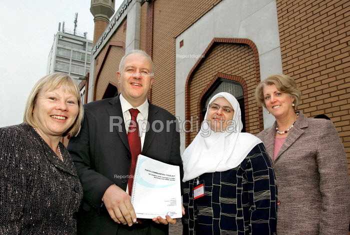 Dr Anne Limb, Bill Rammell MP, Dr Fatma Amer and Lynne Sedgemore launch the Faith Communities Toolkit at the Annual Conference of the National Ecumenical Agency in FE (NEAFE) and the faiths in FE Forum (FiFEF). Leadership in a Pluralist Society - helping colleges respond to issues of faith in FE Colleges. East London Mosque. - Jess Hurd - 2006-01-13