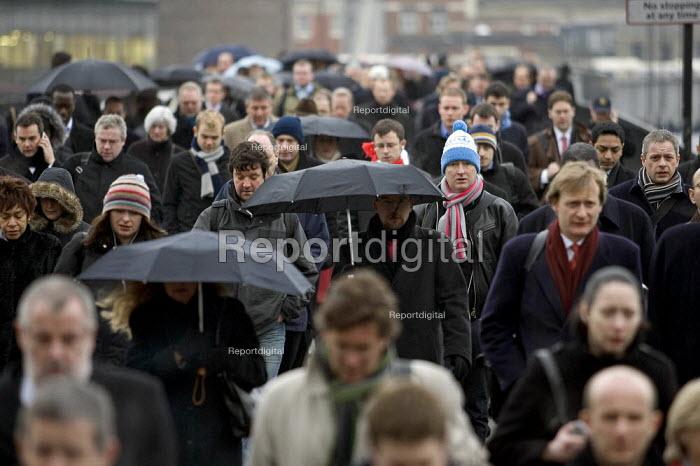 Commuters walk across London Bridge at morning rush hour. - Jess Hurd - 2006-02-23