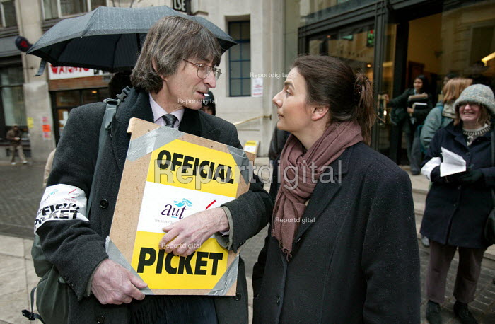 Sally Hunt AUT Gen Sec joins the picket line at the London School of Economics in a joint dispute with NATFHE lecturers over pay. London - Jess Hurd - 2006-03-07