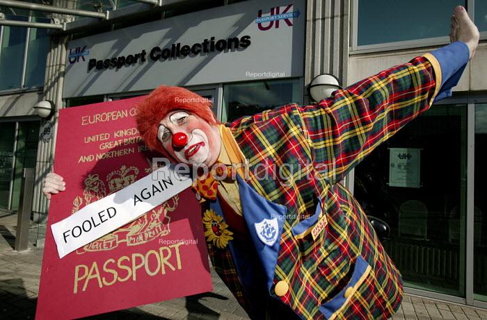 New ID agency mocks public. Billy the Clown outside the UK passport agency on April Fools Day, London - Jess Hurd - 2006-04-01