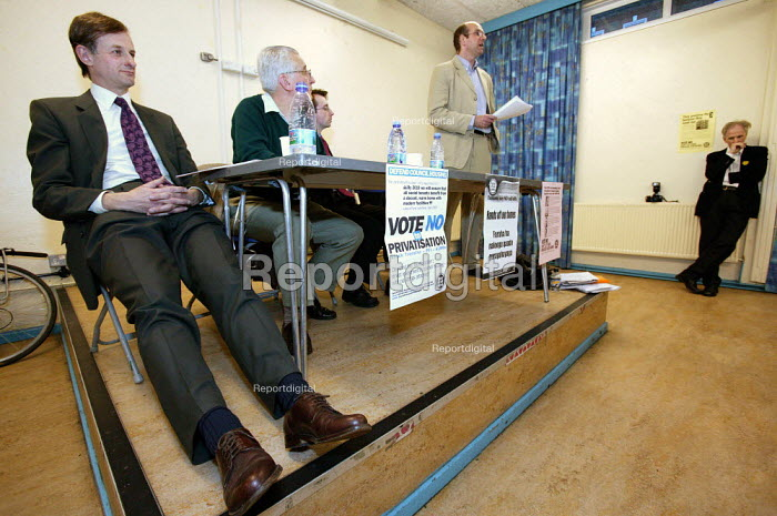 Glyn Robbins Respect candidate speaks at a THATCH council election hustings meeting, Collingwood Tenants Hall. Left sits Labour Party Councillor David Edgar. Tower Hamlets. East London. - Jess Hurd - 2006-04-18