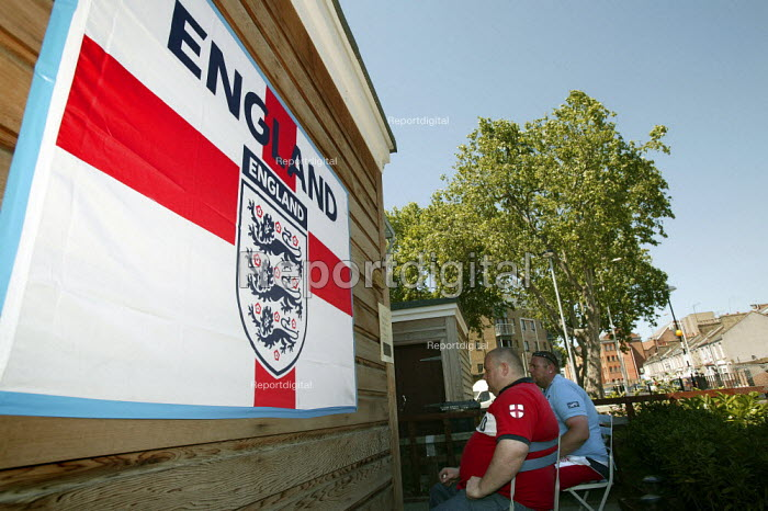 Football fan watches England play in the World Cup, in his Tower Hamlets garden. East London. - Jess Hurd - 2006-06-10