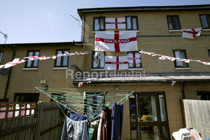 Supporters of the England World Cup team in Tower Hamlets. East London. - Jess Hurd - 2006-06-10