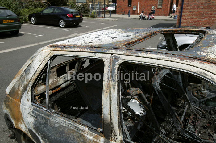 Burnt out and vandalised car on a Bermondsey housing estate. London. - Jess Hurd - 2006-06-11