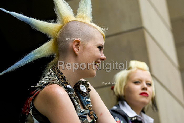 Young punks in Westminster. London. - Jess Hurd - 2006-06-27
