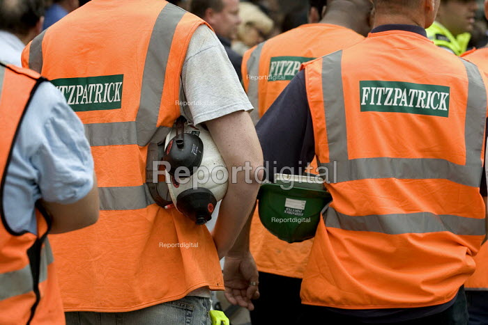 One year on - construction workers respect the two minutes silence for the victims of the London Bombings. Kings Cross, London. - Jess Hurd - 2006-07-07