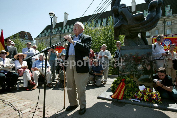 International Brigade veterans on the 70th anniversary join the annual commemoration of the Spanish Civil War. London. - Jess Hurd - 2006-07-15