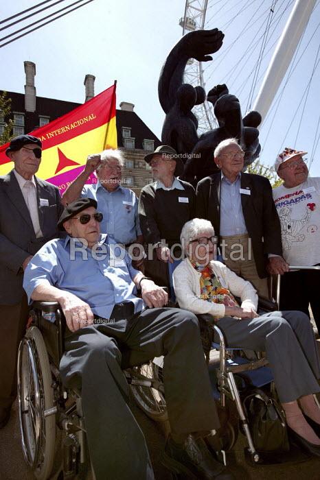 International Brigade veterans on the 70th anniversary join the annual commemoration of the Spanish Civil War, London. - Jess Hurd - 2006-07-15