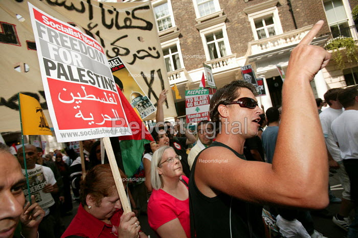 Demonstration against Israel's bombardment of the lebanon and Gaza, calling for an unconditional ceasefire. London. - Jess Hurd - 2006-08-05