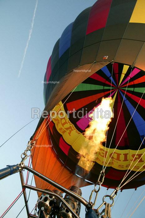 A hot air balloon flight over London. - Jess Hurd - 2006-08-08