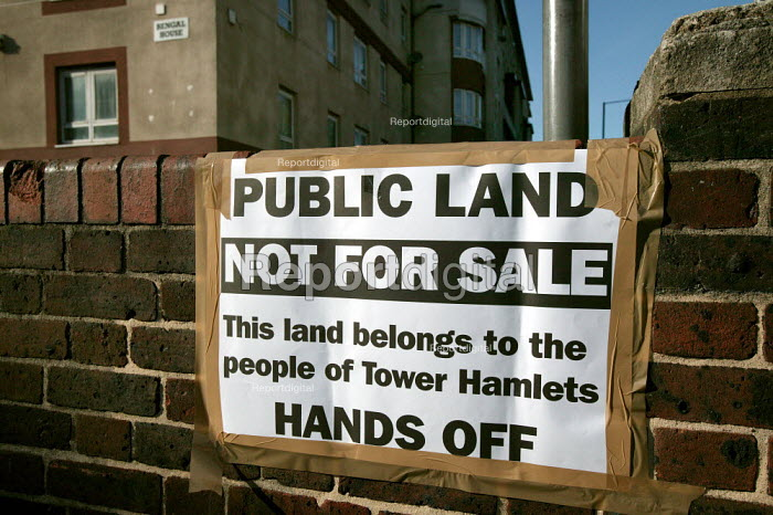 Anti privatisation banners. Housing Choice ballot on the Ocean Estate. Council tenants vote on on whether to transfer their homes to Sanctuary Housing Association. Tower Hamlets, East London. - Jess Hurd - 2006-09-20