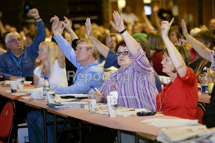PCS delegation voting. TUC Congress 2006, Brighton. - Jess Hurd - 2006-09-13