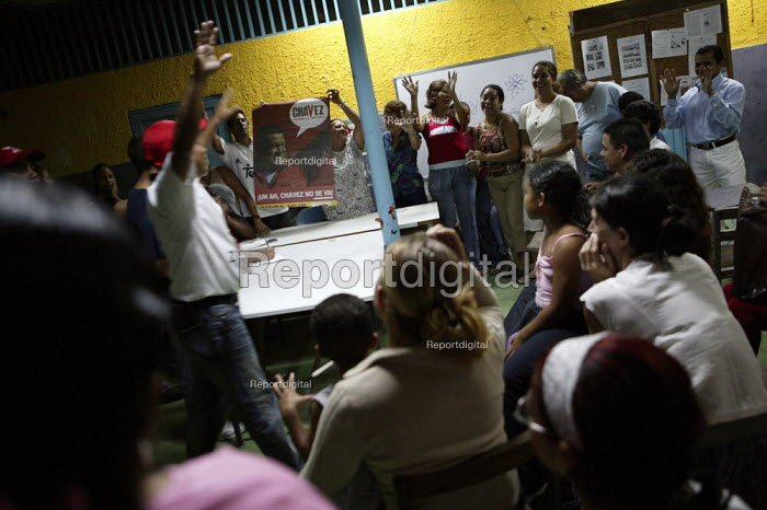 Consejo comunal, community mission organising meetings in Petare the largest Barrio in Latin America. Presidential election campaign, Caracas, Bolivarian Republic of Venezuela. - Jess Hurd - 2006-11-29
