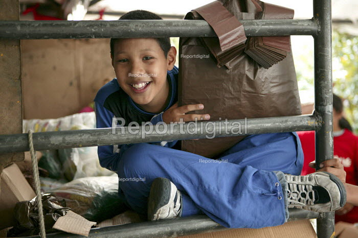 Children help out at a Mission Mercal market which provides cheap, subsidised food for poor communities in Caracas. The project was introduced by the government of President Hugo Chavez. Bolivarian Republic of Venezuela. - Jess Hurd - 2006-11-18