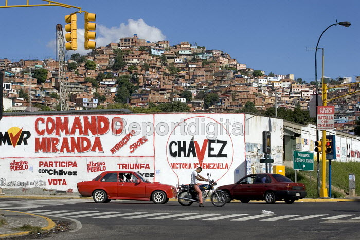 Pro Hugo Chavez graffiti in Petare the largest Barrio in Latin America. Presidential election campaign, Caracas, Bolivarian Republic of Venezuela. - Jess Hurd - 2006-11-21