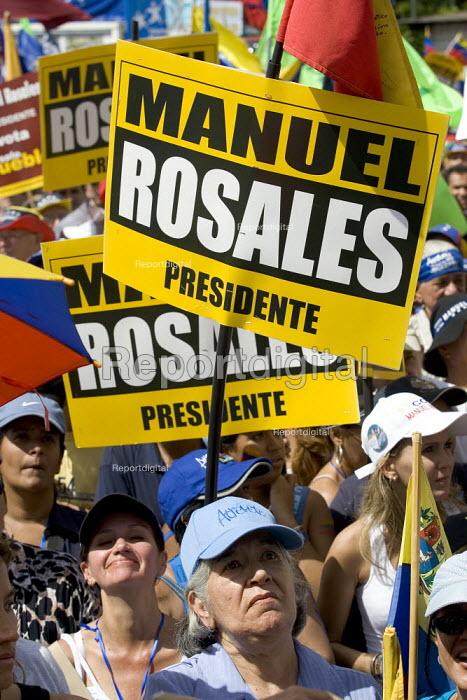 Supporters Manuel Rosales opposition leader in the presidential election march through Caracas, Bolivarian Republic of Venezuela. - Jess Hurd - 2006-11-25