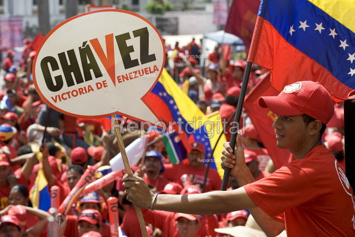 Hugo Chavez supporters rally in Caracas in the close of the Presidential campaign. Caracas, Bolivarian Republic of Venezuela. - Jess Hurd - 2006-11-26