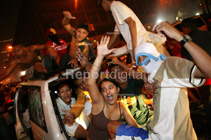 Hugo Chavez supporters celebrate in the streets surrounding Miraflores Palace after a victorious Presidential election campaign. Caracas, Bolivarian Republic of Venezuela. - Jess Hurd - 2006-12-04