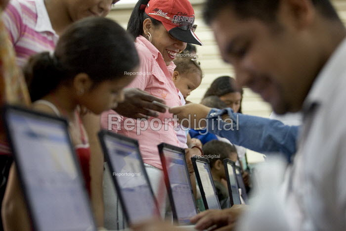 Hugo Chavez supporters queue to vote at the polling station in the Presidential election. Caracas, Bolivarian Republic of Venezuela. - Jess Hurd - 2006-12-03