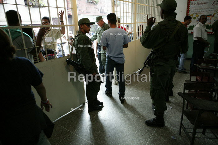 The military presence at the polling station as people queue to vote in the Presidential election. Petare, Caracas, Bolivarian Republic of Venezuela. - Jess Hurd - 2006-12-03