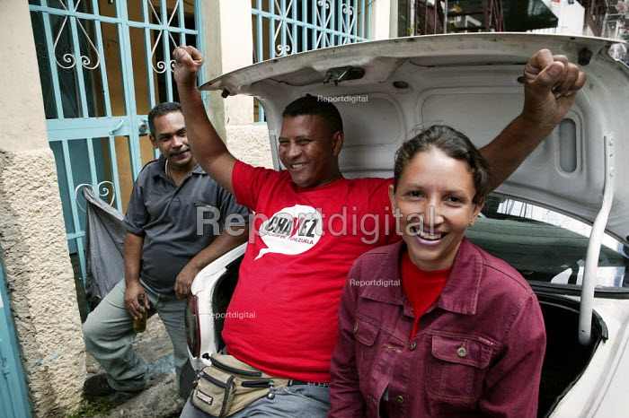 Hugo Chavez supporters celebrate at the polling station after voting in the Presidential election campaign. Caracas, Bolivarian Republic of Venezuela. - Jess Hurd - 2006-12-03