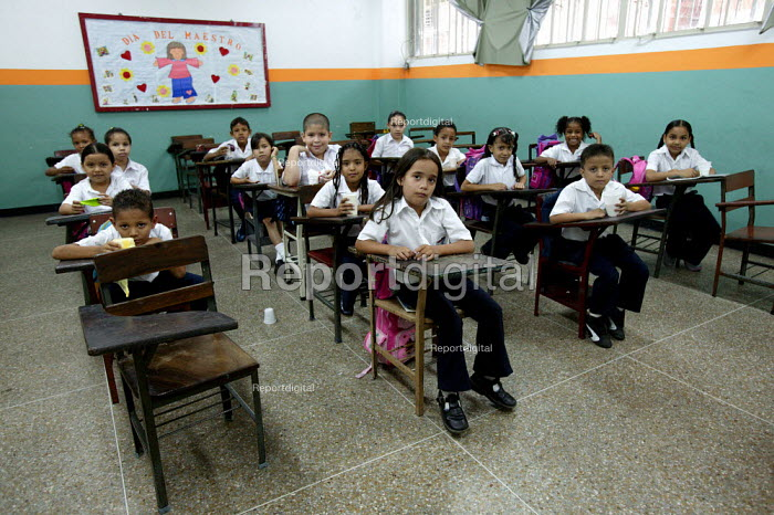 Mission Robinson II providing primary level education in Petare a poor neighbourhood Barrio in East Caracas. Mission Robinson is a very successful project introduced by President Hugo Chavez. Bolivarian Republic of Venezuela. - Jess Hurd - 2006-01-27