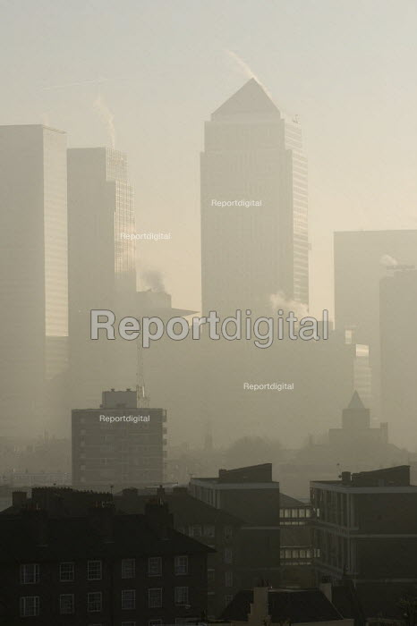 A view of Canary Wharf and the London Docklands on a misty winter day. East London. - Jess Hurd - 2006-12-20