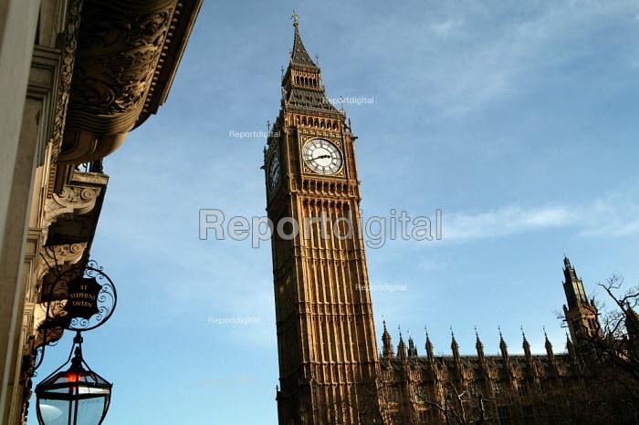 Big Benn and Parliament with adjacent Saint Stephens Tavern. Westminster, London. - Jess Hurd - 2007-01-17