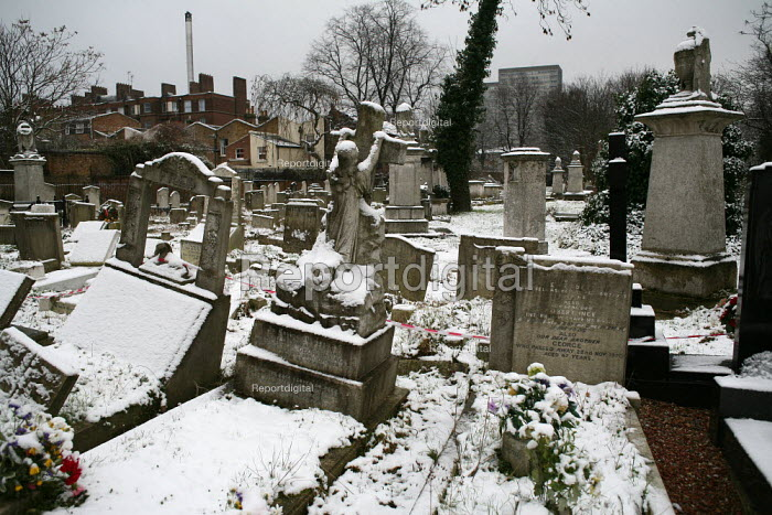 Snowfall in Tower Hamlets Cemetery Park, East London. - Jess Hurd - 2007-01-25