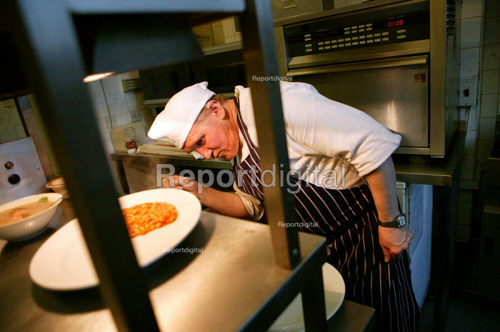 Polish chef Angelo Wiestaw Demus working in an East End Wetherspoons Public House serving Polish food. London. - Jess Hurd - 2007-02-17