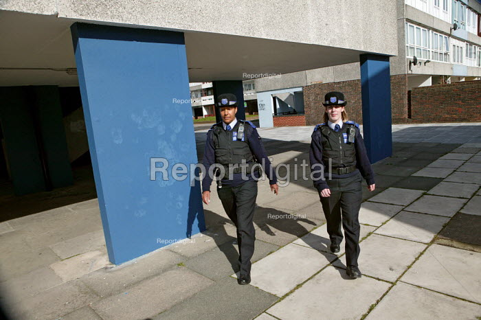 Police Community Support Officers patrol the Thamesmead housing estate, Bexley. London. - Jess Hurd - 2007-03-12