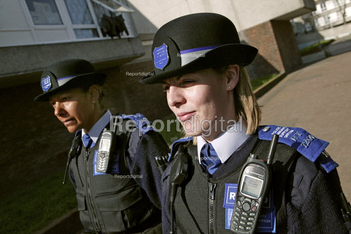 Police Community Support Officers patrol the Thamesmead Estate, Bexley. London. - Jess Hurd - 2007-03-12