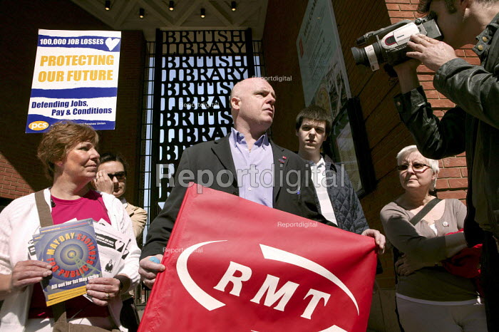 RMT member supports the PCS British Library workers on their picket line. PCS strike defending jobs, pay and conditions, London. - Jess Hurd - 2007-05-01