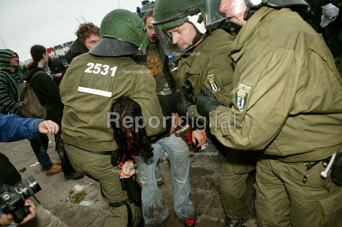Police make arrests during the protests at the G8 summit in Heiligendamm, Rostock, Germany. - Jess Hurd - 2007-06-02
