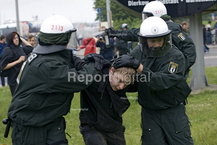 Police make arrests during protests at the G8 summit in Heiligendamm, Rostock, Germany. - Jess Hurd - 2007-06-02
